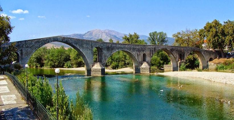 Исторический мост в городе Арта (Греция)