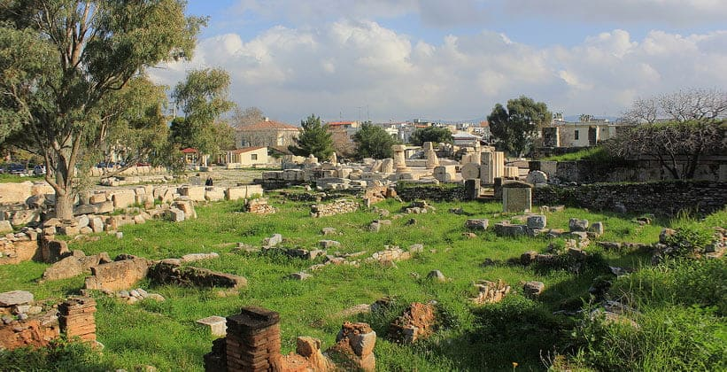 Античный городок Элефсис в Греции