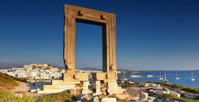Каменная Портара на острове Наксос