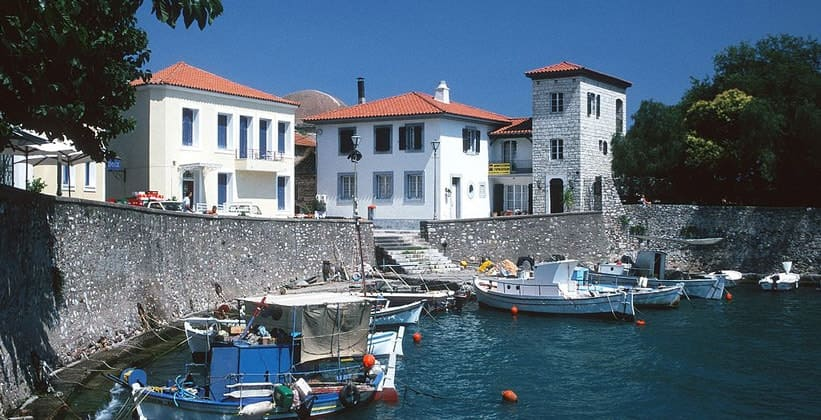 Вид старой гавани Нафпактос (Греция)
