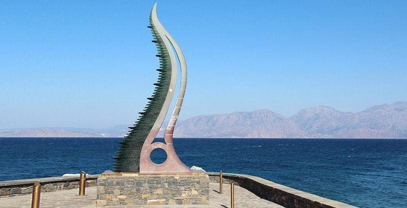 Экстравагантный памятник в Айос-Николаосе (Греция)
