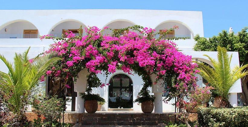 Классическое строение Айос-Николаоса (Греция)