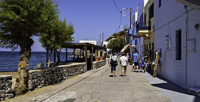 Набережная в городе Мандраки (Греция)