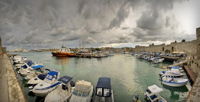 Торговая гавань Колона на острове Родос (Греция)