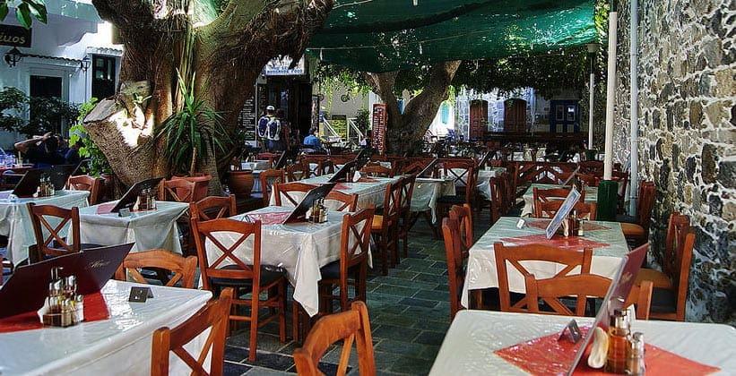 Один из ресторанов города Мандраки (Греция)