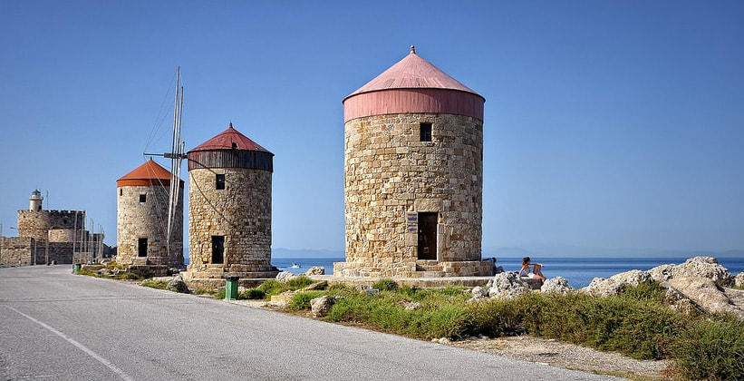 Ветряные мельницы в городе Родос (Греция)