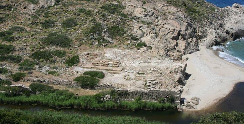 Руины храма Артемиды Таврополио на острове Икария (Греция)
