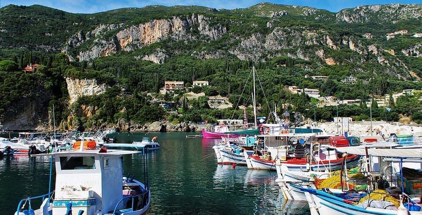 Деревня Палеокастрица на острове Корфу