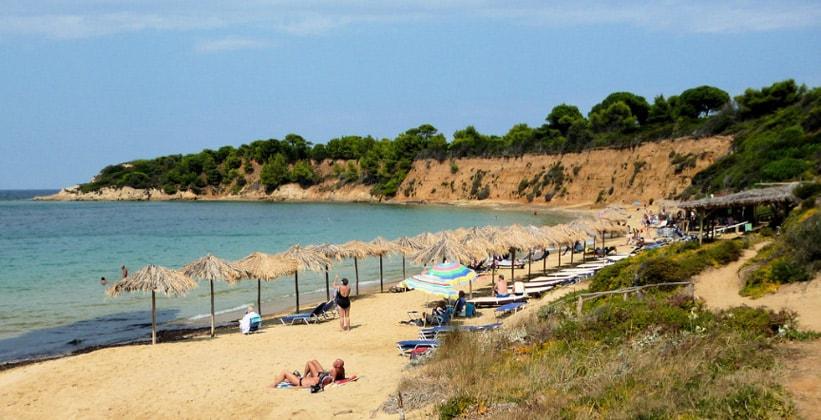 Пляж Mandraki на острове Скиатос (Греция)