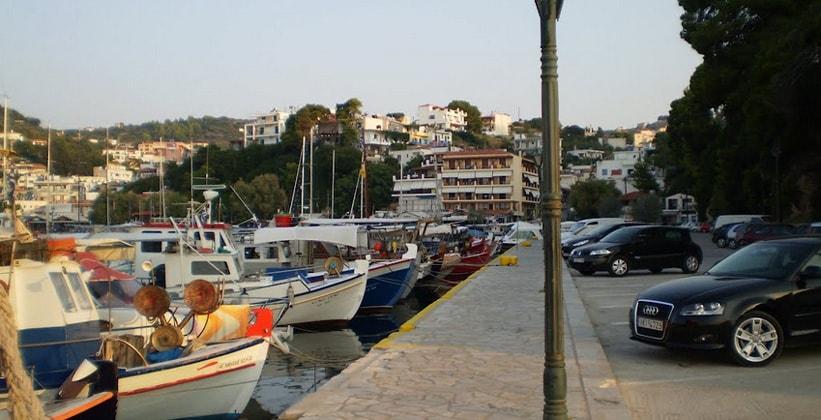 Город-порт Патитири на острове Алонисос (Греция)