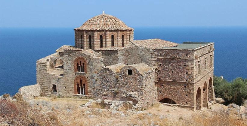 Верхний город Монемвасия в Греции (церковь Святой Софии)