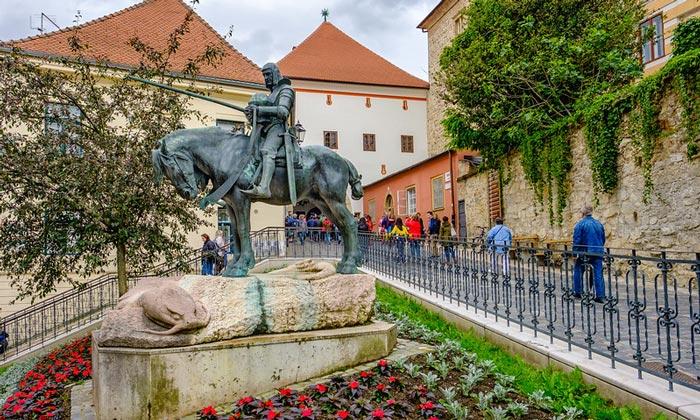 Статуя Святого Георгия в Загребе
