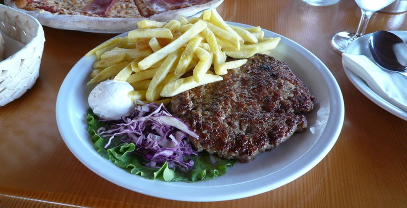Традиционное хорватское блюдо – Плескавица