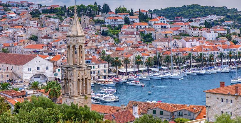 Курортный городок Хвар в Далмации (Хорватия)
