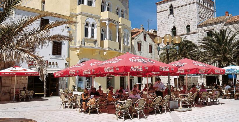 Одно из уличных кафе Шибеника (Хорватия)