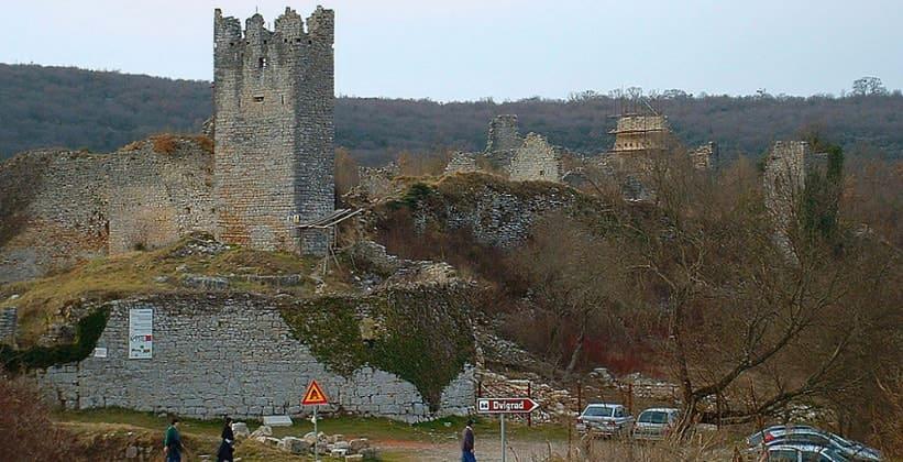 Руины замка древнего Двиграда в Хорватии