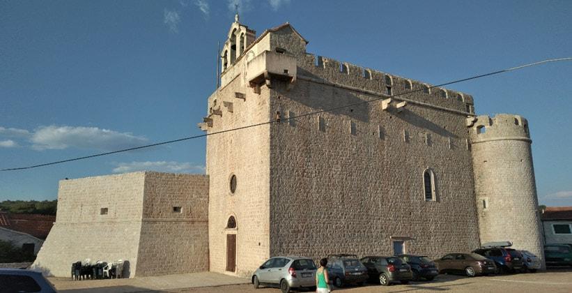 Крепость-церковь Святой Марии в деревне Врбоска (Хорватия)