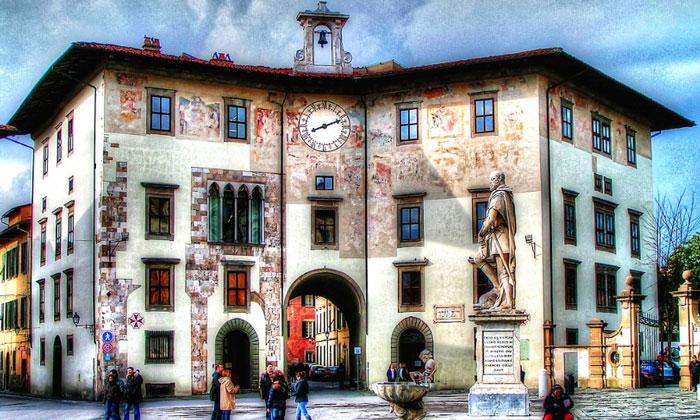 Дворец часов в Пизе