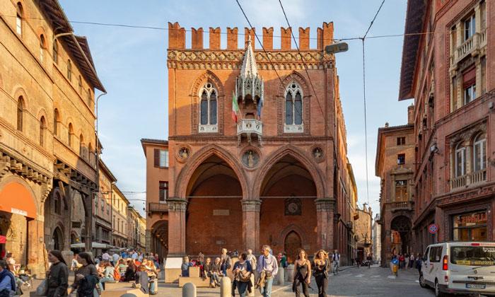 Дворец торговли (Палаццо делла Мерканциа) в Болонье