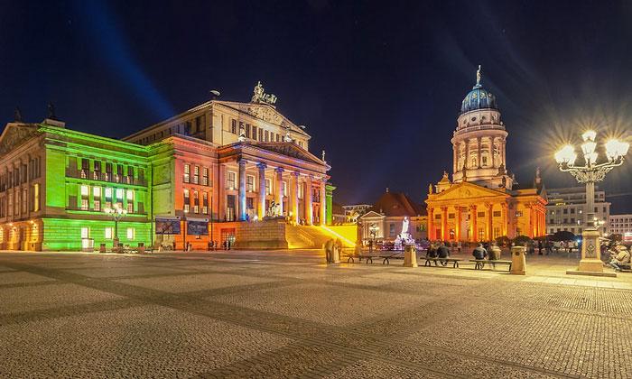 Фестиваль огней на Жандармской площади в Берлине