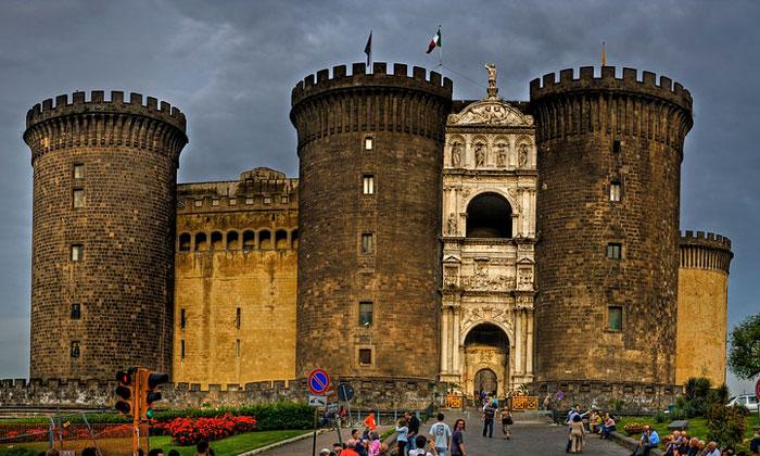Новый замок (Кастель-Нуово) в Неаполе