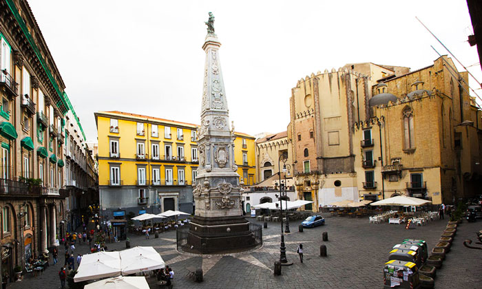 Площадь Сан-Доменико-Маджоре (колонна и церковь) в Неаполе
