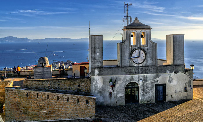 Вид на Неаполитанский залив с террасы замка Сант-Эльмо