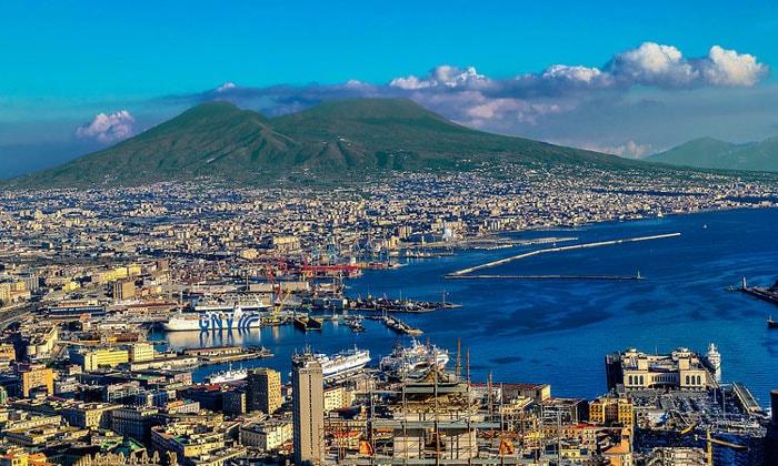 Морской порт Неаполя и вулкан Везувий в Неаполе