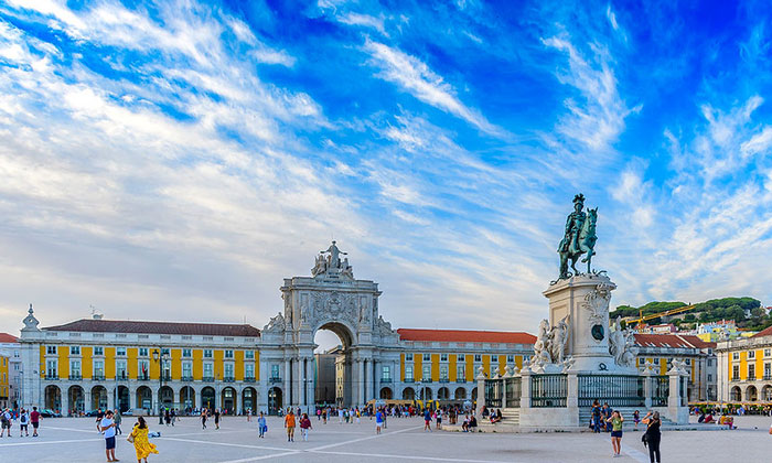 Дворцовая площадь (Праса-ду-Комерсиу) в Лиссабоне