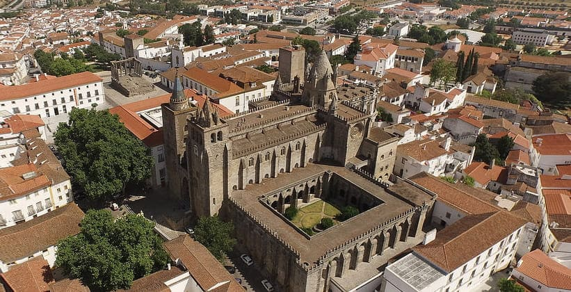 Город Эвора в Португалии (Кафедральный собор)