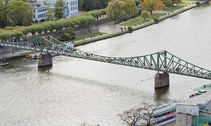 Мост Айзернер-Штег во Франкфурте