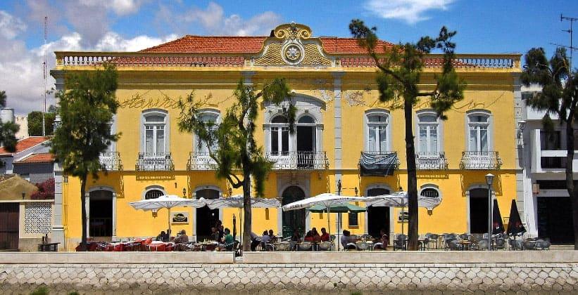 Одно из зданий центральной части Тавиры (Португалия)