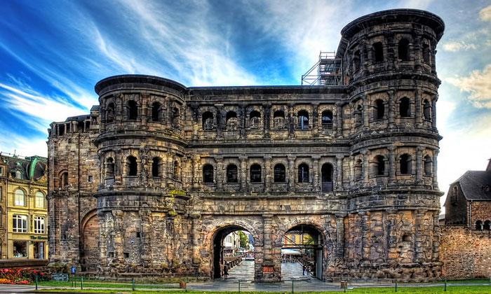 Античные ворота Порта-Нигра в Трире