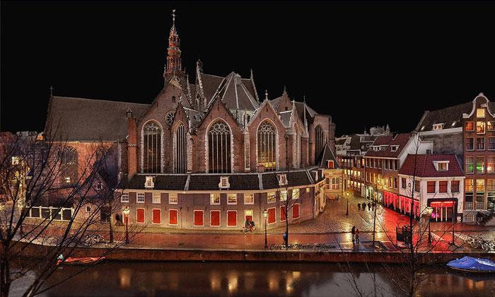 Старая церковь (Ауде-Керк) в Амстердаме