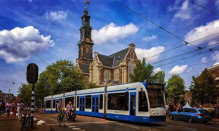 Городской трамвай на фоне Западной церкви Амстердама