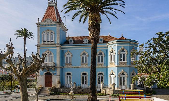 Экстравагантное здание детского сада в Алкобасе