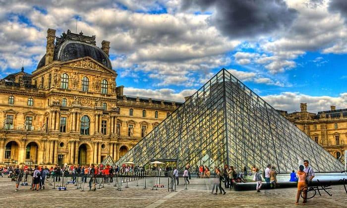 Парижский Лувр в Париже