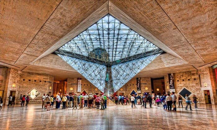 Перевёрнутая пирамида Лувра в Париже
