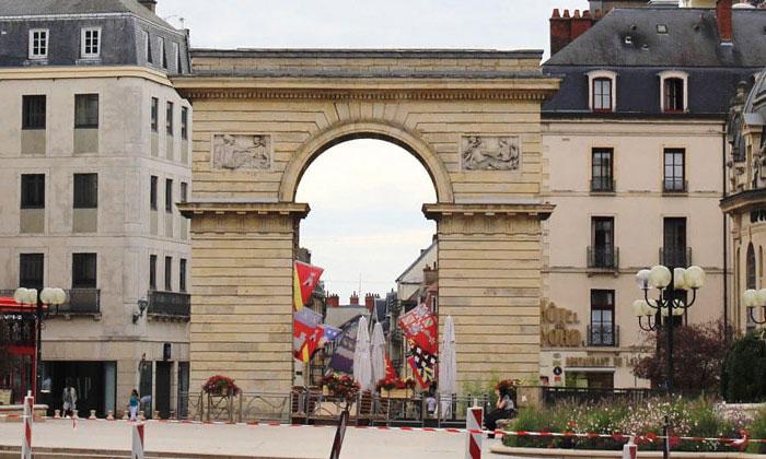Триумфальная арка (ворота Гийома) Дижона