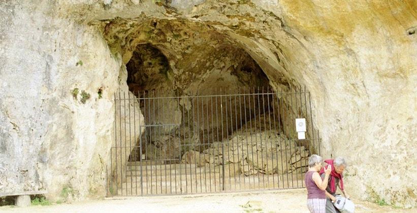 Вход в пещеру Комбарель