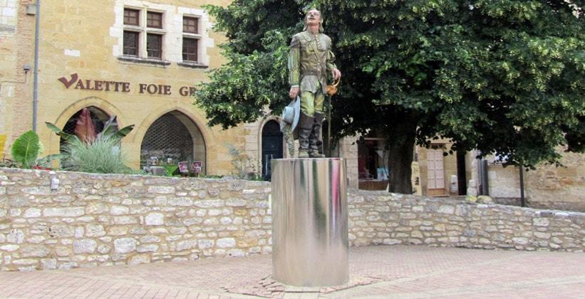 Статуя Сирано де Бержерак во Франции
