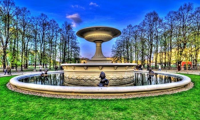 Экстравагантный фонтан в Варшаве