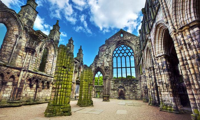 Руины Холирудского аббатства в Эдинбурге