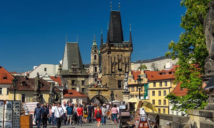 Вход на Карлов мост Праги