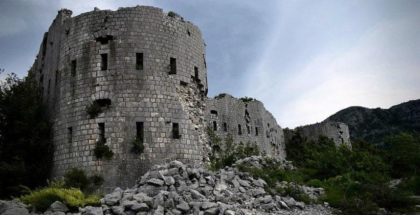 Руины крепости Космач в Будве
