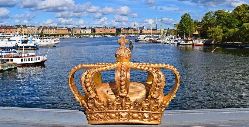 Позолоченная корона моста Skeppsholmen в Стокгольме