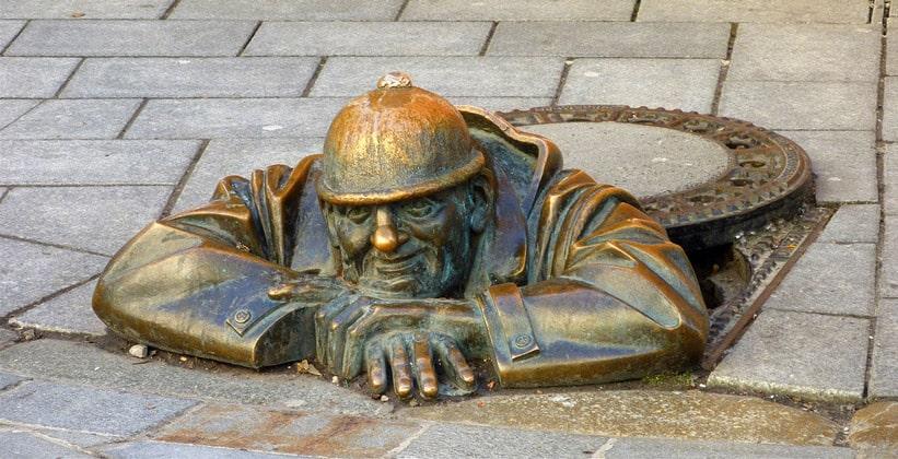 Памятник водопроводчику (Мужчина на работе) в Братиславе