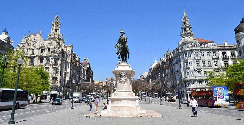 Памятник королю Педру IV на площади Свободы в Порту
