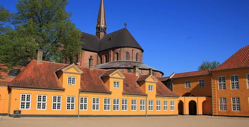 Собор на фоне Королевского дворца Роскилле