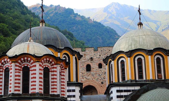 Купола церкви Рильского монастыря в Болгарии